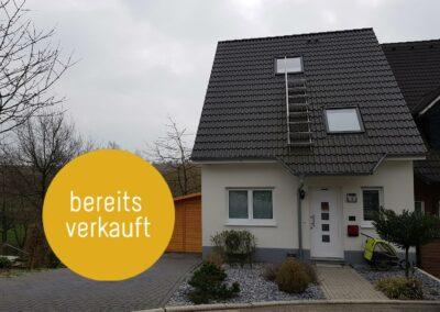 Neuwertige Doppelhaushälfte mit unverbaubarem Blick ins Grüne